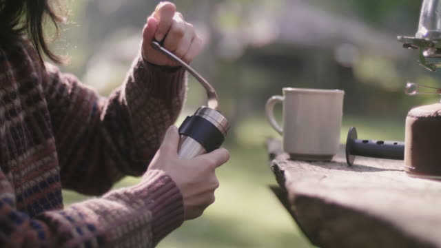 Best Small Hand Coffee Grinder-thedrinksmaker